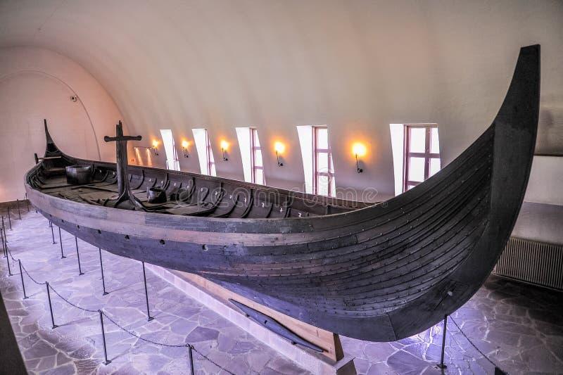 ОСЛО, НОРВЕГИЯ: Викинг drakkar в музее Викинга в Bygdoy, Осло, Норвегии стоковая фотография rf