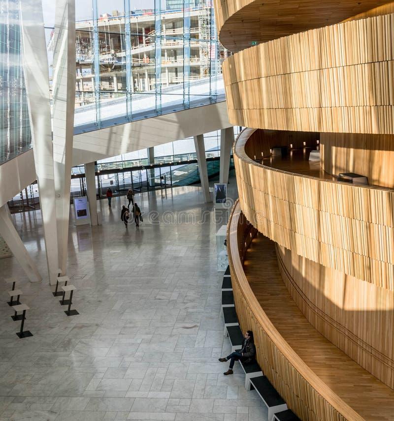 Осло, Норвегия - 16-ое марта 2018: Фойе оперного театра Осло, конструированное Snohetta дом норвежского соотечественника стоковое фото