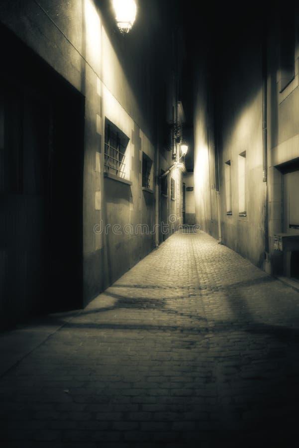 Осмотрите вниз с темного, мглистого, накаляя прохода на ноче стоковые фотографии rf