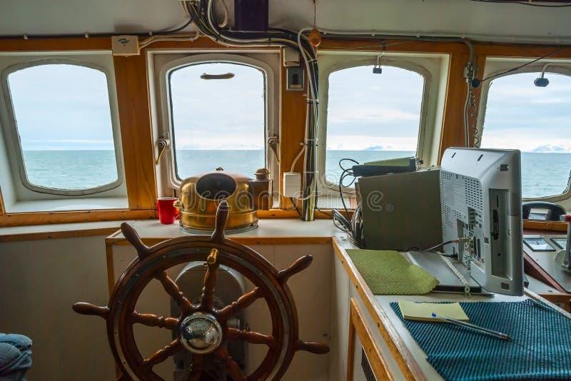 Осмотрите кабину ринва capitan с рулевым колесом на шлюпке стоковая фотография