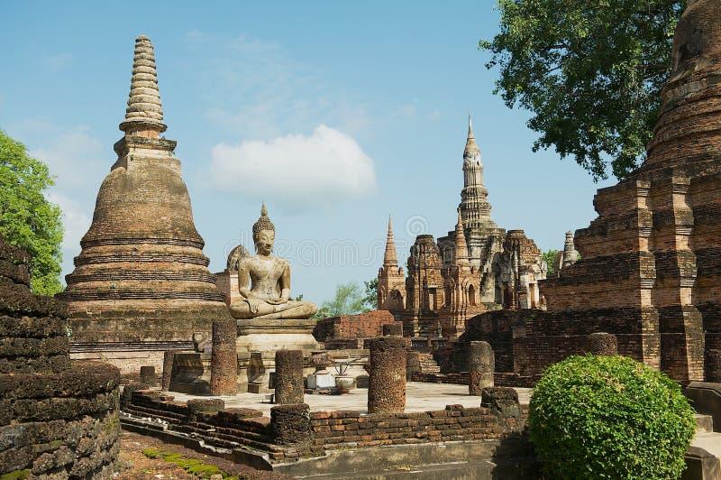 Осмотрите к руинам и сидя статуе Будды на виске Wat Mahathat в парке Sukhothai историческом, Таиланде стоковое изображение