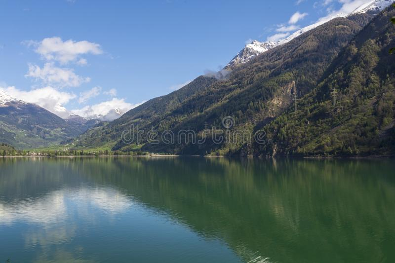 Осмотрите озеро Lago di poschiavo ower с спокойной водой бирюзы стоковое изображение rf