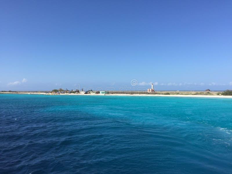 Осмотрите с пляжа и моря малого Curacao стоковое фото rf