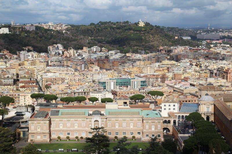 Осмотрите форму куполок собора ` s Ватикана St Peter стоковая фотография rf