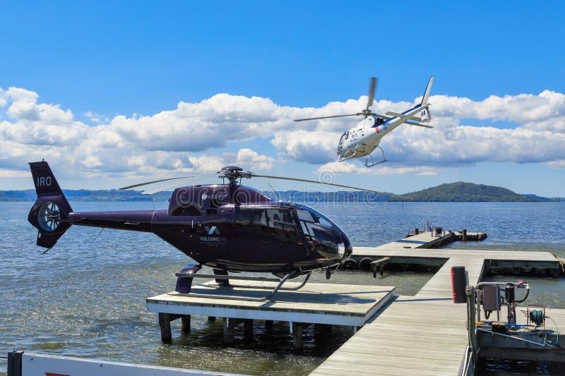 Осмотр достопримечательностей вертолет принимая на озеро Rotorua, Новую Зеландию стоковые изображения