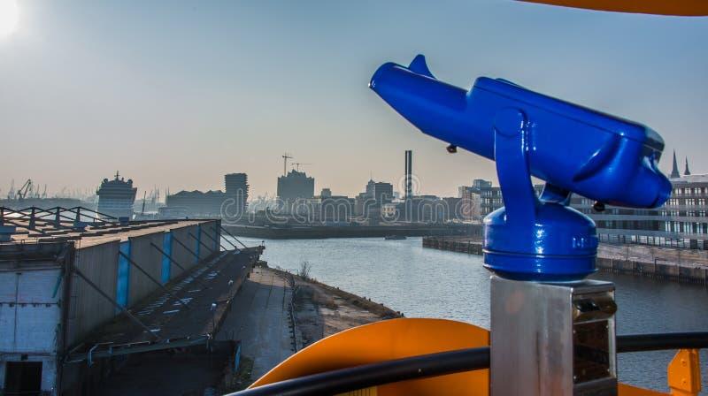Осмотр достопримечательностей взгляд голубого телескопа городской стоковое фото rf