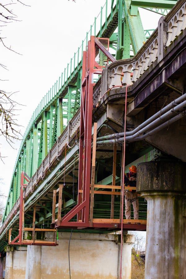 Осмотр и ремонты моста стоковое изображение