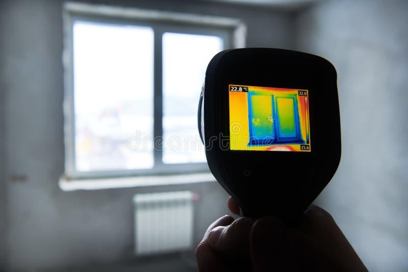 Осмотр камеры термического изображения здания температура проверки стоковая фотография rf