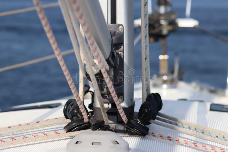 Основание для обеспечивать mainsail на палубе яхты круиза Складывая экипажи и веревочки для поднимать ветрила Equ sloop Бермудски стоковое фото rf