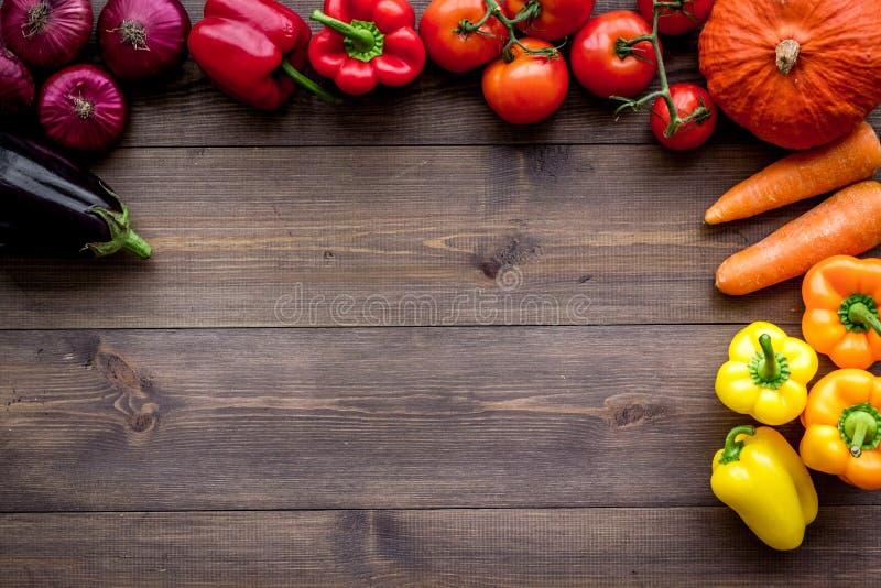 Основание здорового питания Овощи тыква, паприка, томаты, морковь, цукини, баклажан на темной деревянной верхней части предпосылк стоковое фото rf