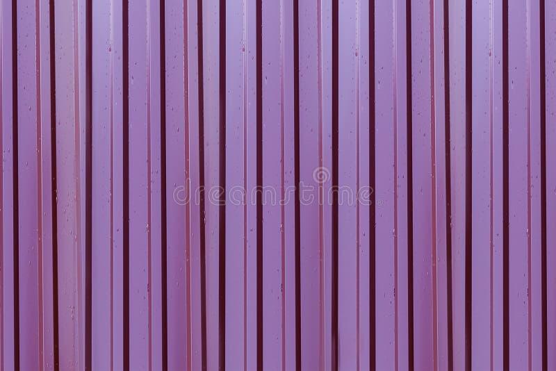 Основание металла темное - красные, который струят линии повторение поверхности вертикальные покрытое с дождевыми каплями иллюстрация штока