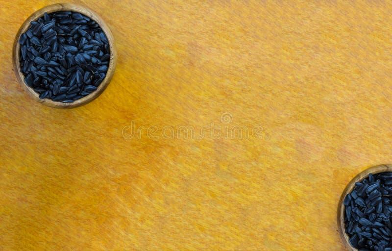 Основание много плодов симметричных семян подсолнуха шаров предпосылки 2 предпосылки деревянных unrefined кулинарное на деревянно стоковая фотография