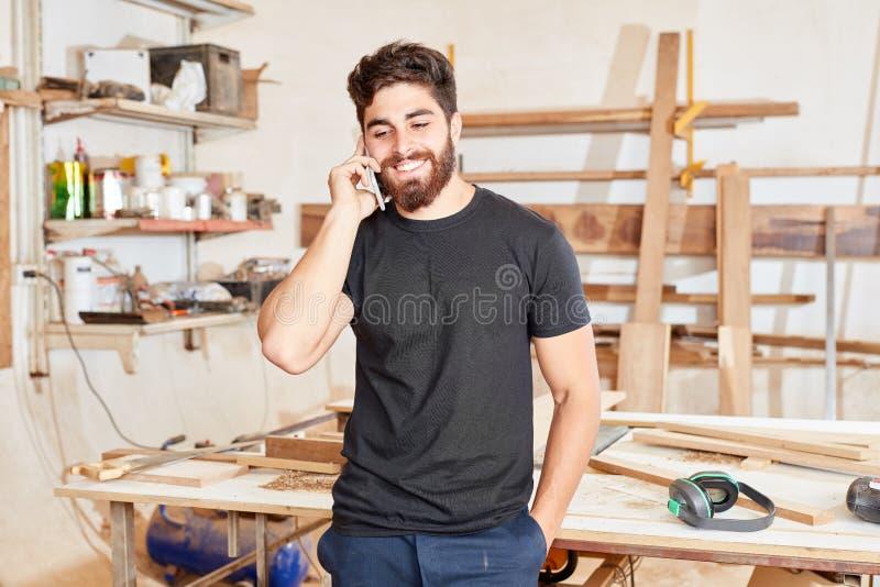 Основатель компании мастера по телефону стоковые фото