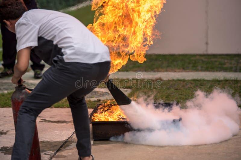 Основная тренировка симуляции противопожарного инструктажа пожаротушения и опорожнения для безопасности стоковое фото rf
