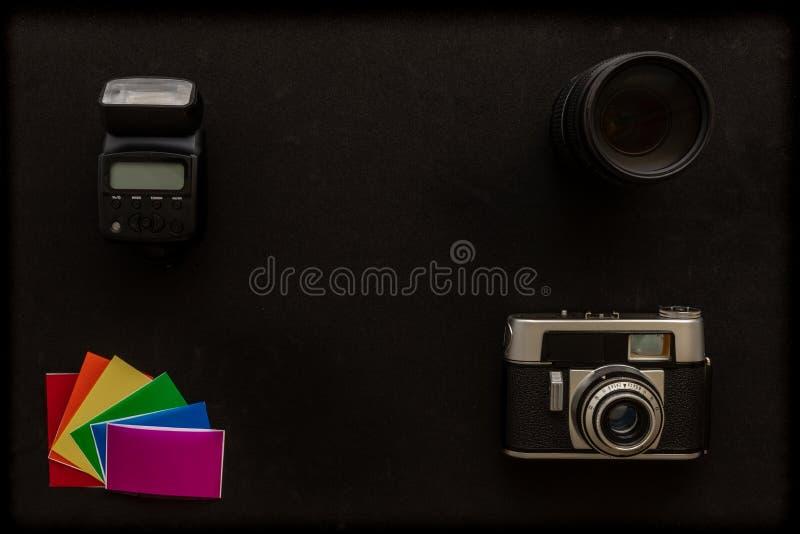 Основное фотографическое оборудование, вспышка, объектив, гели цвета стоковые изображения rf