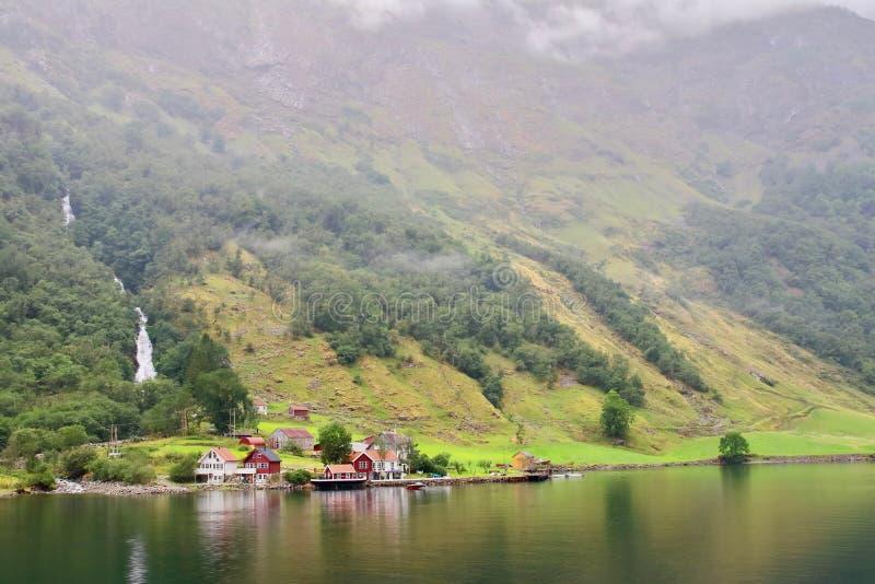Основной взгляд водопада Tuftofossen и фермы Tufto в Норвегии стоковое фото rf