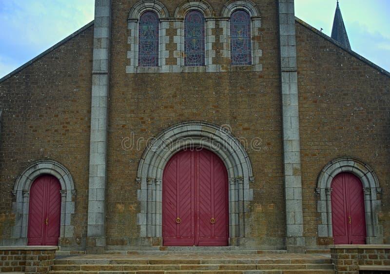 Основной главный вход на большом старом каменном католическом соборе стоковое изображение rf