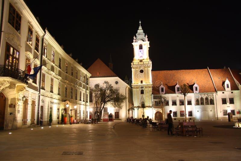 Основной квадрат в Братиславе (Словакии) на ноче стоковое изображение