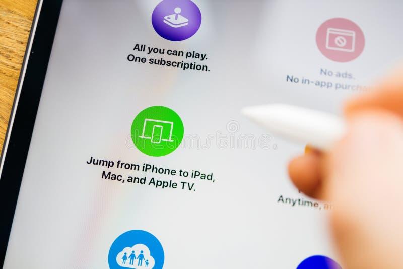 Особенности аркады Яблока на скачке планшета iPad Pro от любого прибора стоковое фото rf