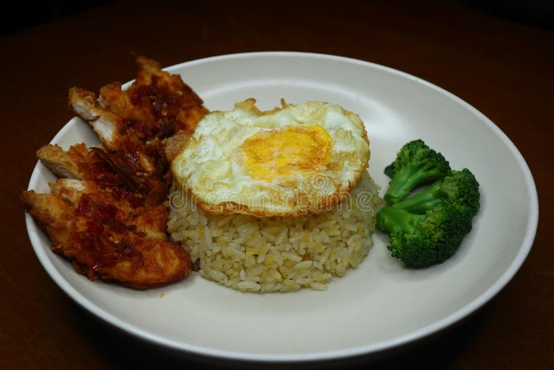 Особенные жареные рисы с пряным соусом жареной курицы chili, брокколи и зажаренным омлетом стоковая фотография