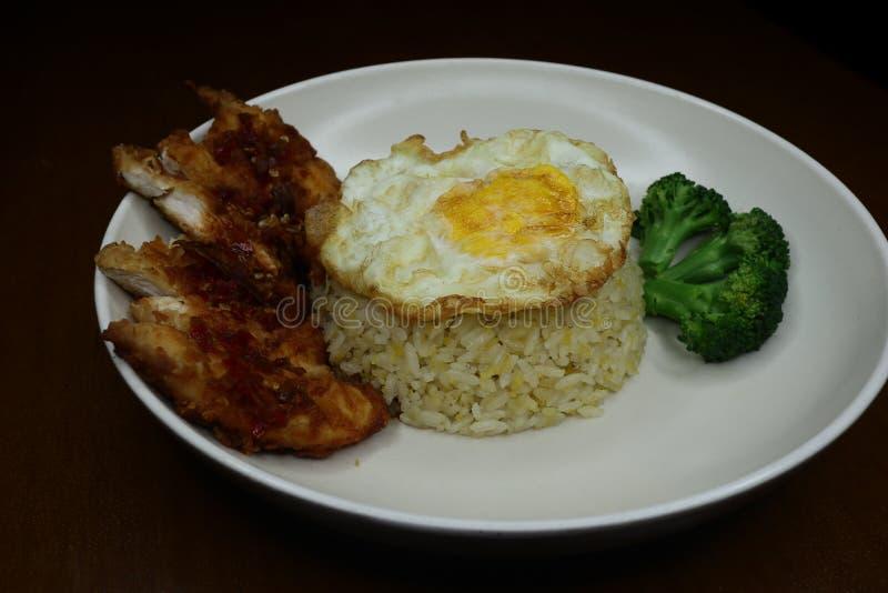 Особенные жареные рисы с пряным соусом жареной курицы chili, брокколи и зажаренным омлетом стоковые фотографии rf