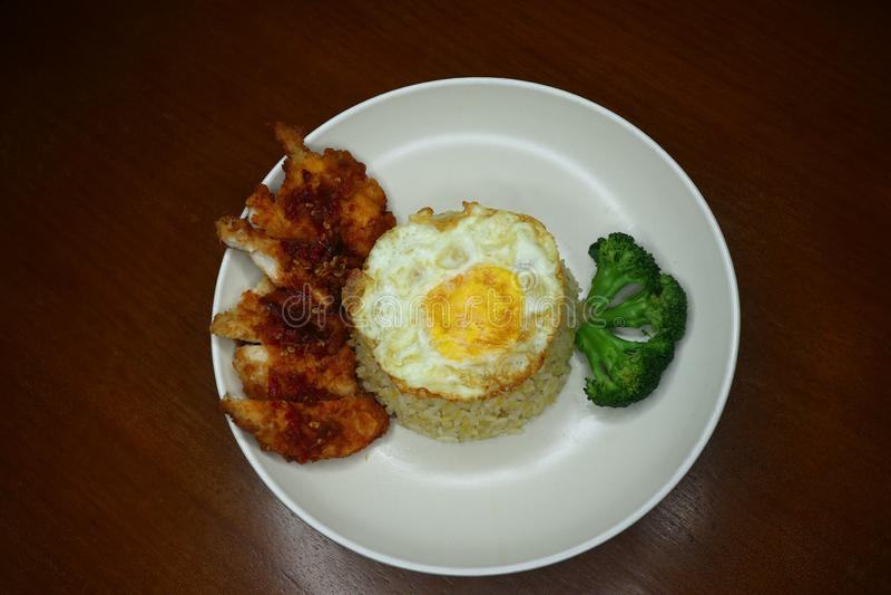 Особенные жареные рисы с пряным соусом жареной курицы chili, брокколи и зажаренным омлетом стоковое фото rf