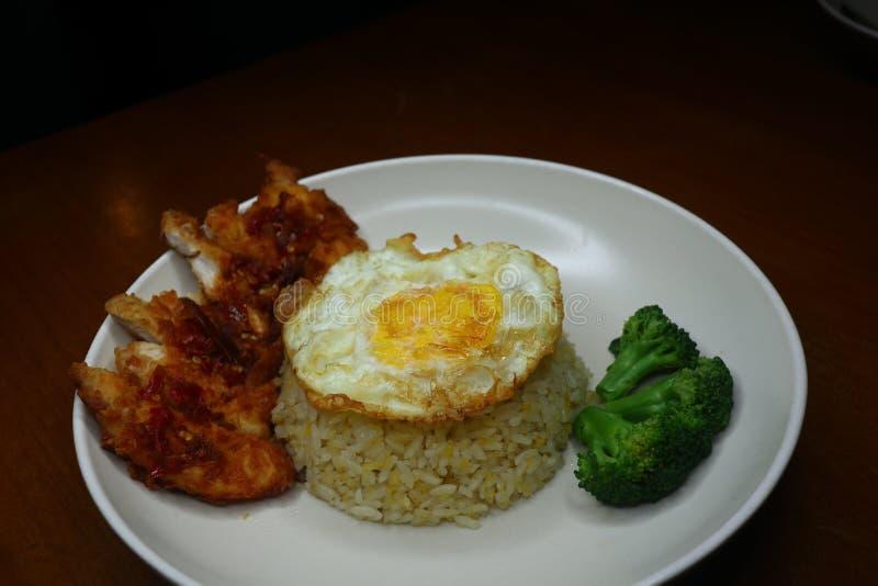 Особенные жареные рисы с пряным соусом жареной курицы chili, брокколи и зажаренным омлетом стоковое фото