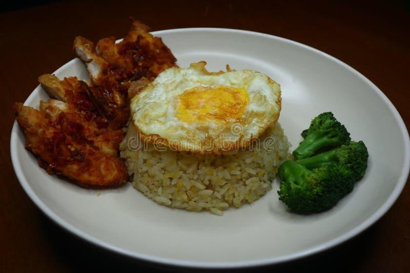 Особенные жареные рисы с пряным соусом жареной курицы chili, брокколи и зажаренным омлетом стоковые изображения rf
