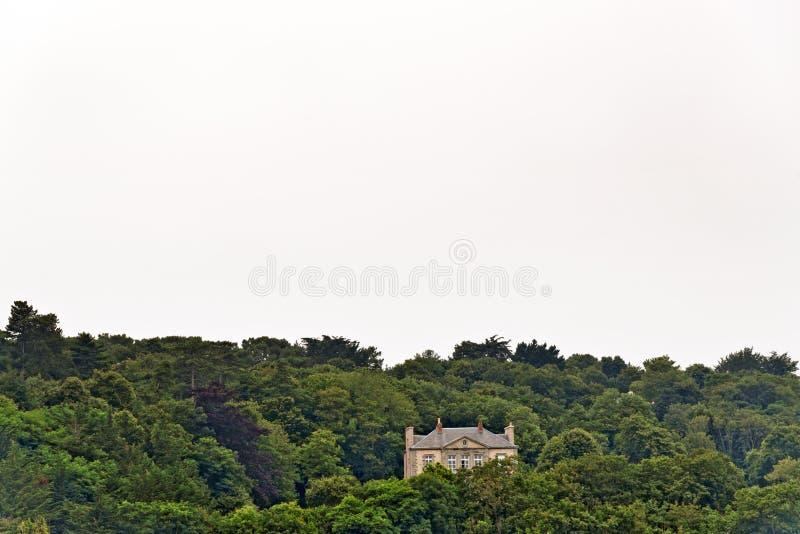 Особняк уединения стоя на холме в лесе Erquy brittani стоковое изображение