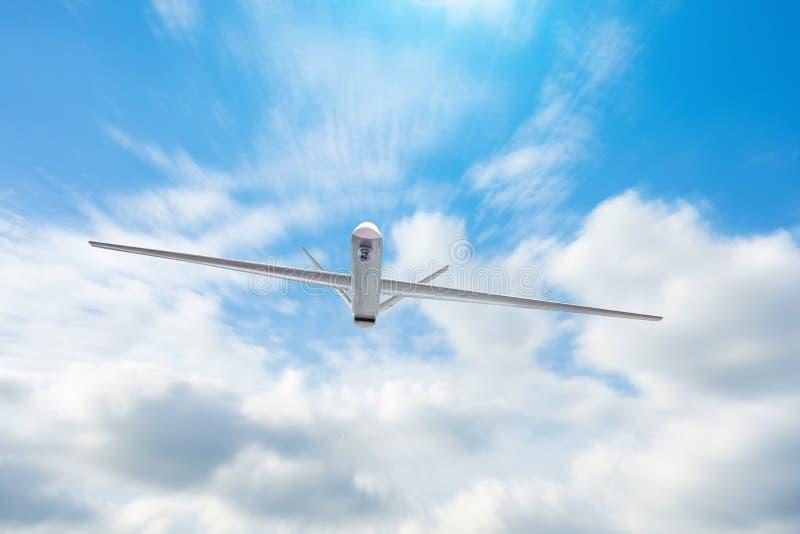 Оставлятьый без людей военный трутень летает патрулирующ территорию на небе облаков дня стоковая фотография