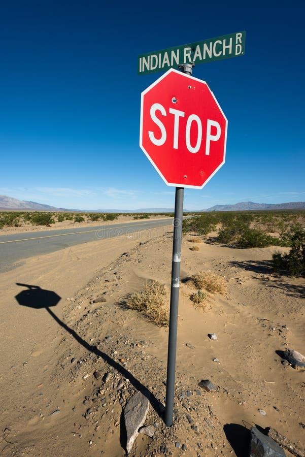 Остановите знак на индийской дороге ранчо стоковое изображение rf