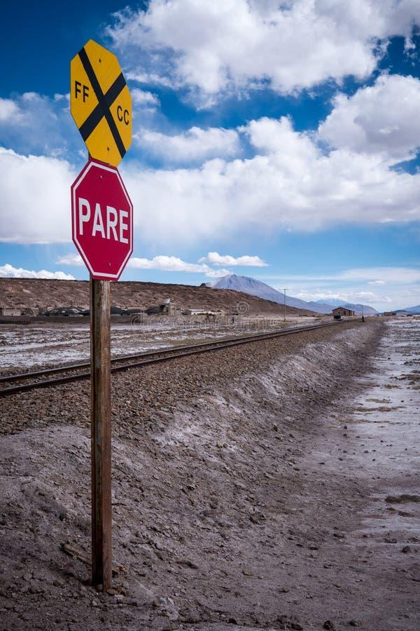 Остановите знак (обстрогайте) на железнодорожном переезде в запустелом ландшафте стоковые изображения