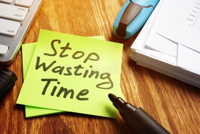 Остановите расточительствовать извещение о времени на куске бумаги стоковое изображение rf