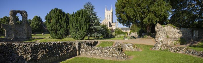 Остатки аббатства St Edmunds хоронити и собор St Edmundsbury стоковая фотография rf