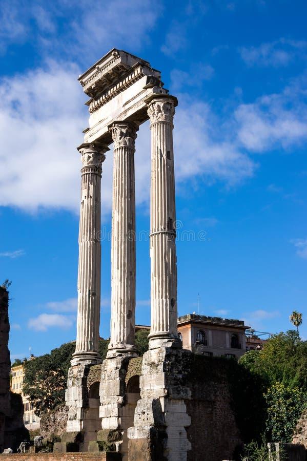 Остатки виска рицинуса и Поллукса в римском форуме, Рима, Италии стоковое фото