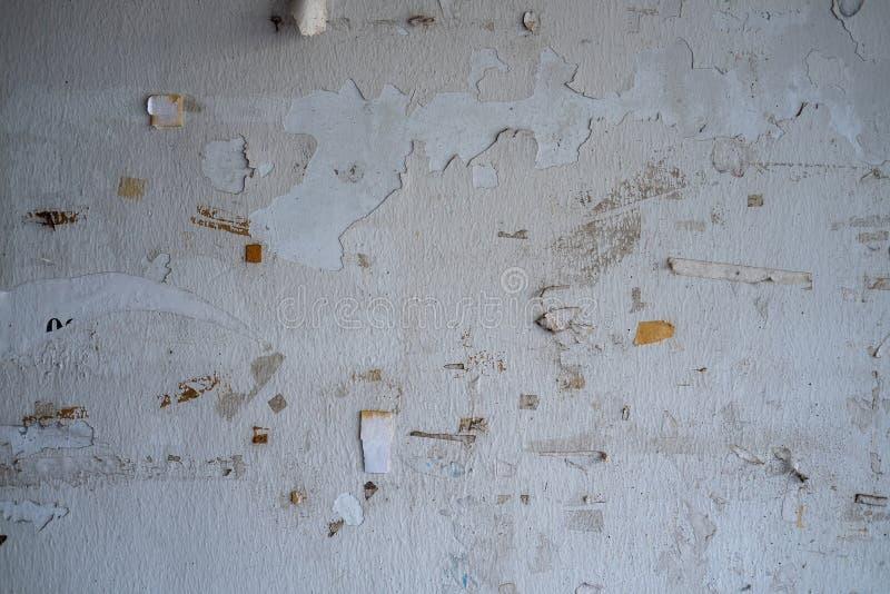 Остатки клейкой ленты на стене, пятнают scots ленту на грязной стене стоковое фото rf