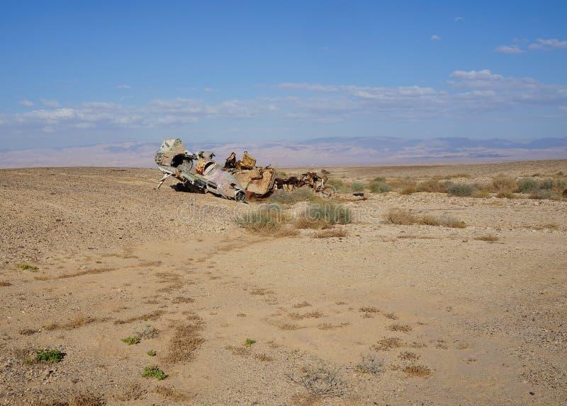 Остатки, который разбили военного самолета в пустыне стоковые фотографии rf