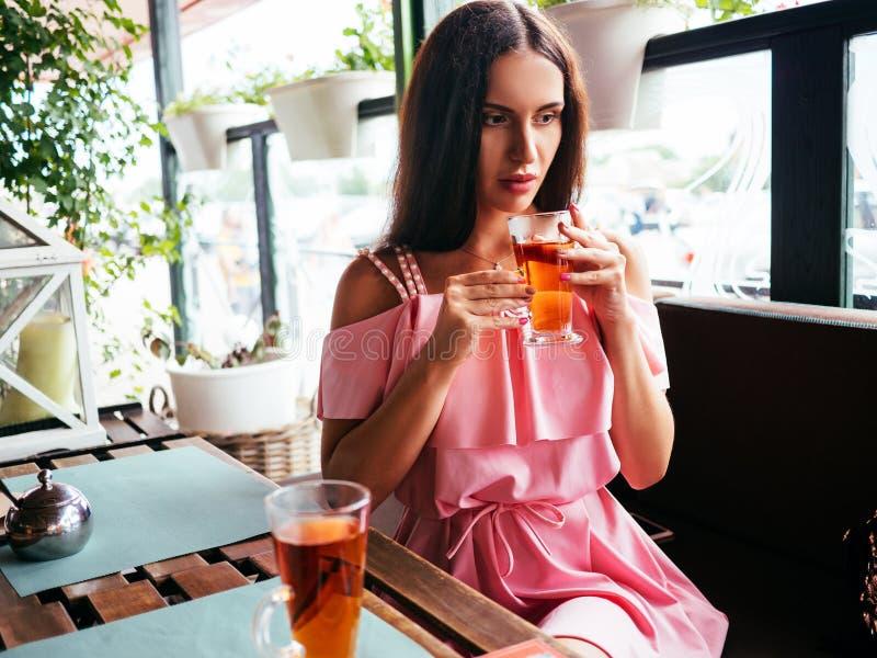Остатки молодой женщины в кафе после ходить по магазинам стоковое фото