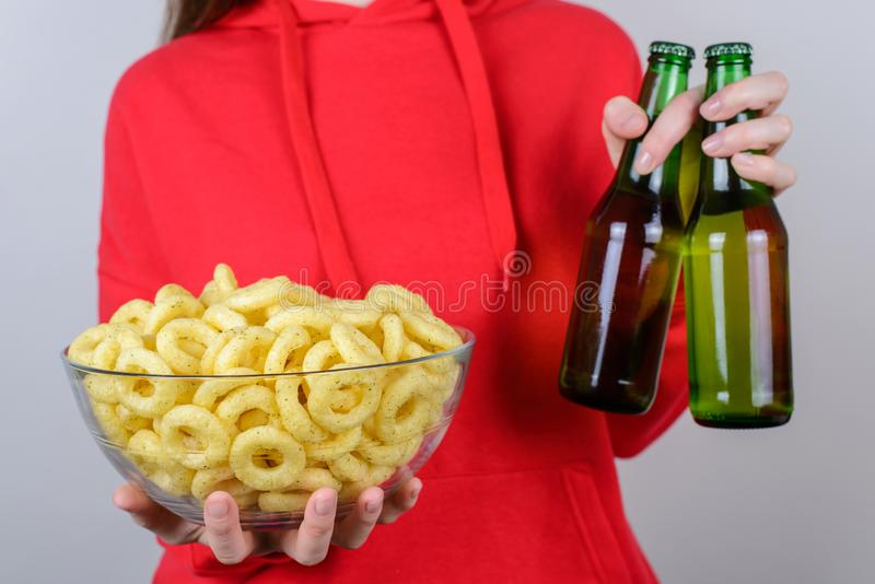 Остатки ослабляют концепцию алкоголя холодка Подрезанная дама крупного плана беспечальная халатная положительная радостная славна стоковые фотографии rf