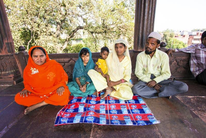 Остатки семьи в мечети Jama Masjid, стоковые фотографии rf