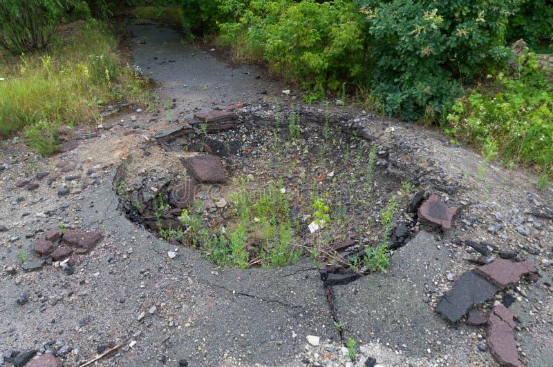 Остатки трассировок от военных учений Отверстие в земле от военной ракеты стоковая фотография rf