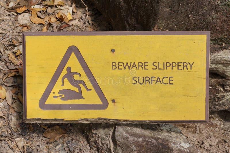 Остерегите скользкий поверхностный знак стоковое фото
