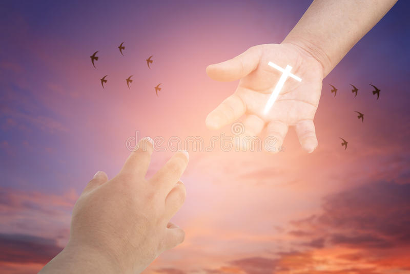 достижение рук Концепция для спасения, приятельства, веры и верования стоковые фотографии rf