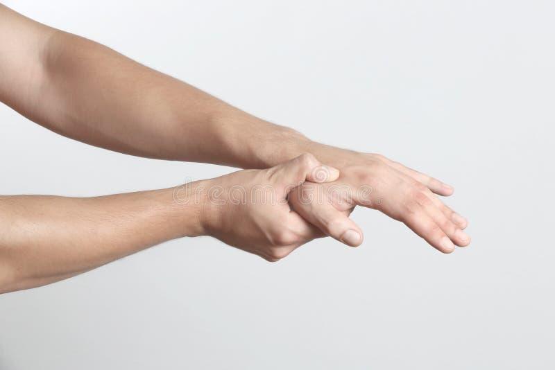 Острая боль в руке человека стоковое фото rf