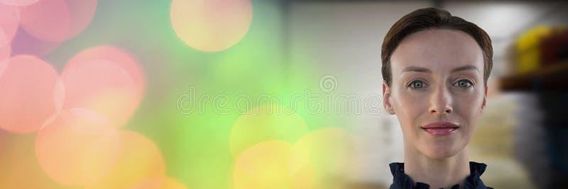 Острая женщина в работе с красочным переходом стоковая фотография rf