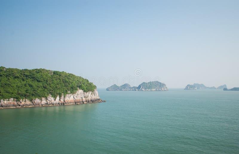 Острова в заливе Halong стоковые фотографии rf