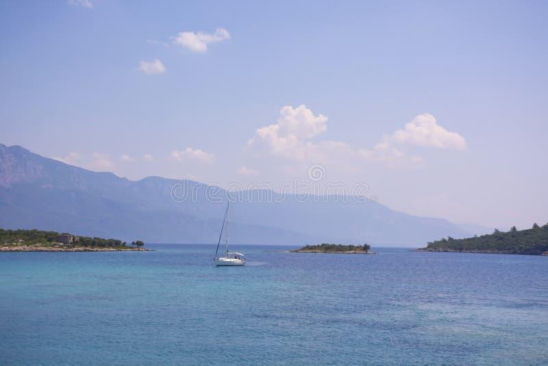 Острова в Эгейском море и яхта на горах и предпосылке голубого неба, Турции Тропические обои, пляж рая стоковая фотография rf