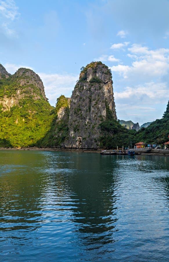 Острова залива Halong скалистые изумрудные воды моря Вьетнама южного Китая залива Ha длинного Место Азия стоковое изображение