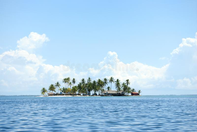Острова рая в Guna Yala, Kuna Yala, Сан Blas, Панаме Заход солнца Восход солнца стоковые фото