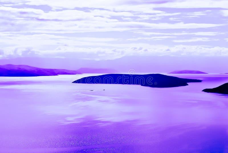 Острова с морем с фиолетовыми отражениями стоковые фотографии rf